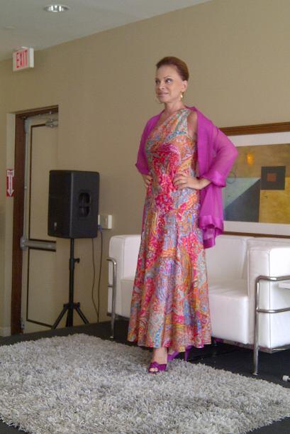 Arribó a su encuentro con la prensa boricua en un muy colorido vestido y...