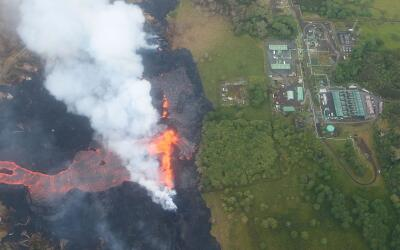 Vista aérea de uno de los ríos de lava del volcán K...