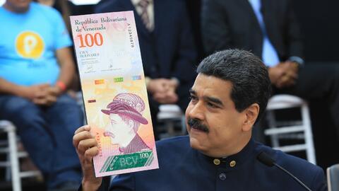 Nicolás Maduro muestra la imagen de un nuevo billete en la rueda...
