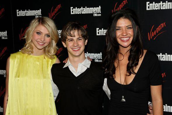 Con otros actores del show, Connor Paolo y Jessica Zhor, el mismo mes de...
