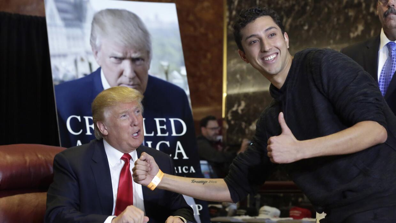 Un simpatizante posa junto a Trump