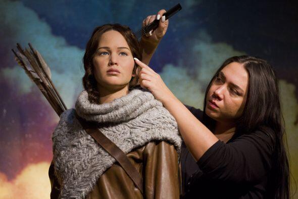 Jennifer sale como su personaje de Katniss Everdeen en la franquicia de...