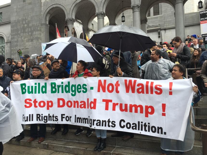 """El lema de una de las marchas: """"Construyamos puentes, no muros""""."""