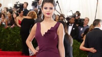 Selena Gomez defendió sus ideas y señaló que sólo reza por la paz y la h...