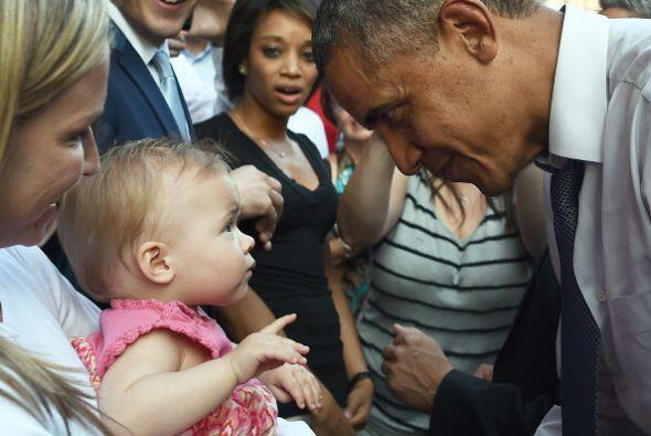 Y se aproximó a saludar y dar apretones de manos a varias docenas...