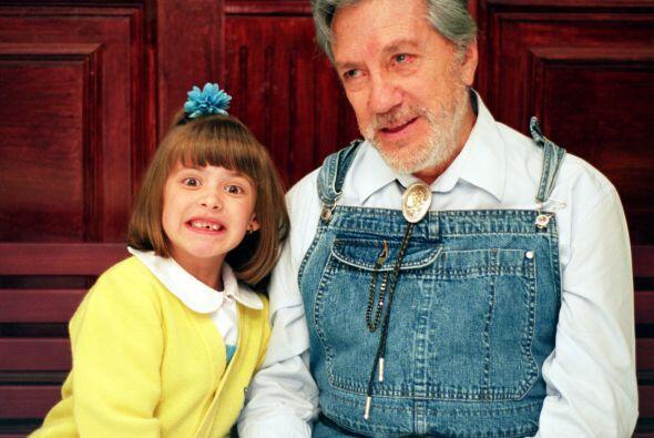 Don Joaquín, el tierno portero de la escuela, junto a Marisol, una de su...