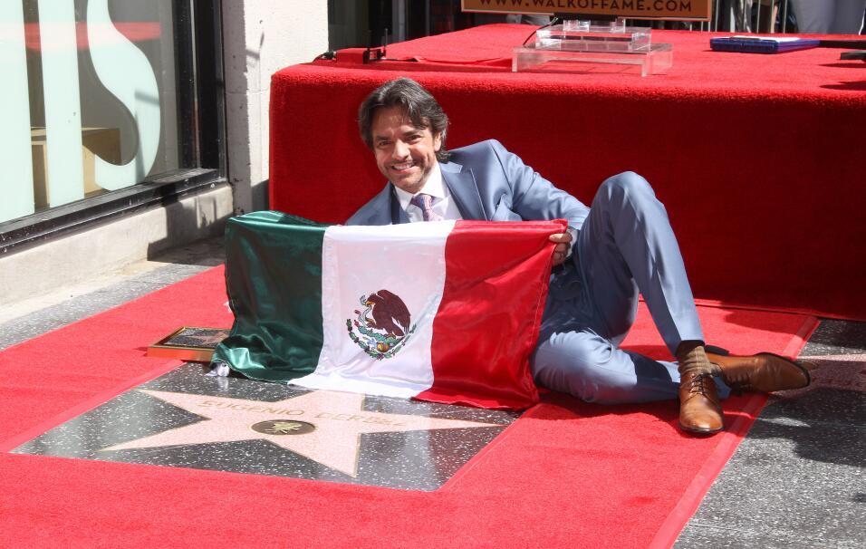 Eugenio Derbez recibiendo su estrella en el Paseo de la Fama en Hollywood.