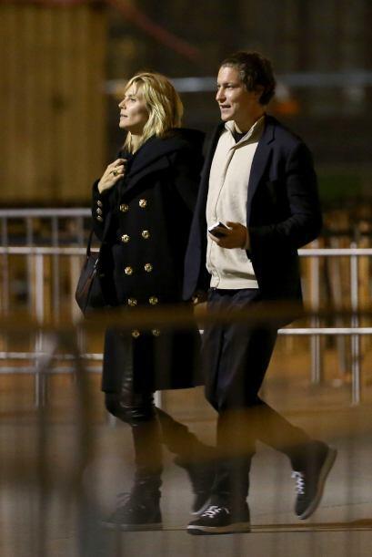 En la noche, sin señales de cansancio, siguieron paseando por París. Mir...
