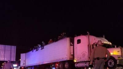 Detienen un camión en Texas por una infracción, pero al abrir el tráiler hallan a 86 indocumentados