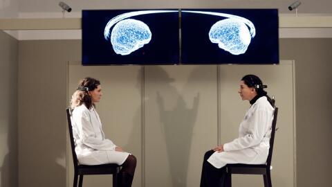 A la derecha, Marina Abramovic en Measuring the Magic of Mutual Gaze