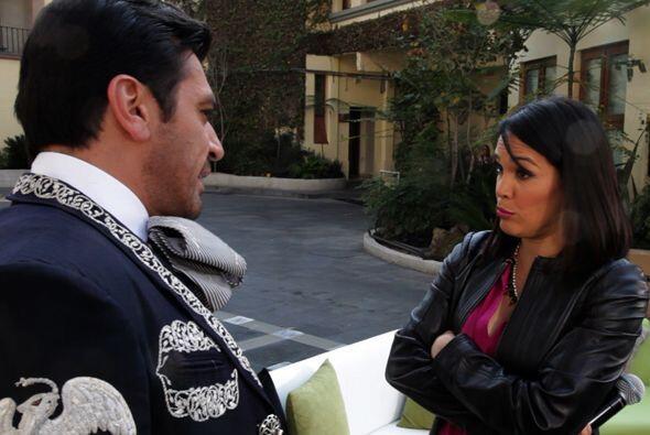El chisme se puso bueno y Karla estaba muy atenta a lo que le contaba Jo...