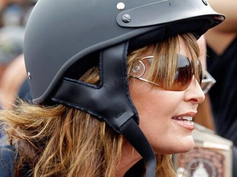 Sentada en la parte trasera de una Harley-Davidson, Palin, de 47 a&ntild...