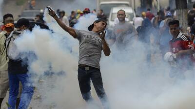 Un manifestante en las protestas contra el gobierno de Nicolás Ma...