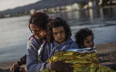 Unas niñas refugiadas llegan a la isla de Kos, en Grecia
