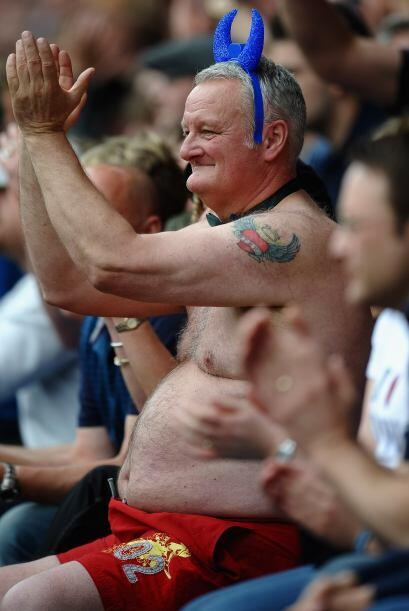 No es Rooney ni el Chicharito...es un hincha que divirtió a muchos en un...