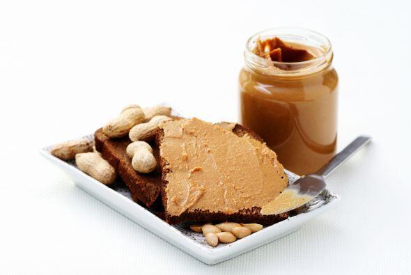 2 cucharadas de 'peanut butter' natural y pasas. Aprovecha que estás fue...
