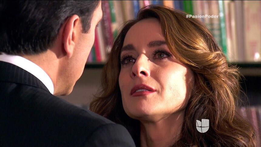 ¡Julia y Arturo ya no pueden ocultar su amor! 3710CC16AB574AB3943799D321...