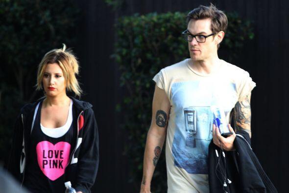"""Ashley Tisdale y su novio se ven un """"poquito"""" aburridos. ¿O se habrán pe..."""