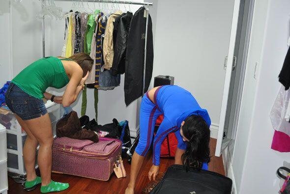 Ya en el clóset, cada una sacó su ropa y se apropió de un pequeño espacio.