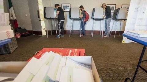 Centro de votación en San Francisco. Elecciones primarias. Junio...