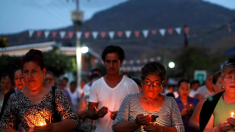 Familiares de los desaparecidos en Veracruz durante un servicio religioso.