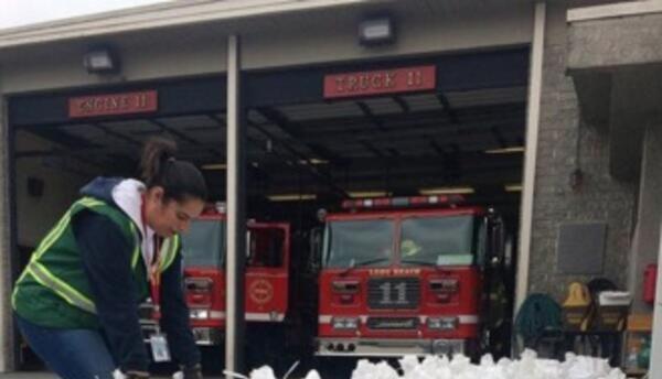 Los bomberos de Long Beach repartieron bolsas con arena.