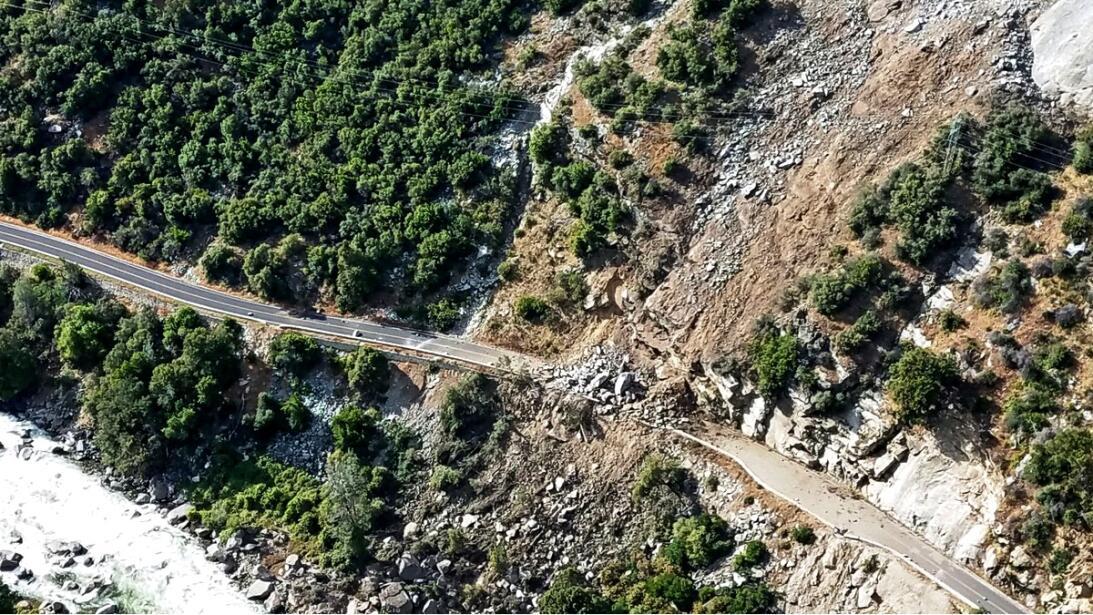 El alud de rocas cayó desde unos 600 pies de altura y cubrió parte de la...