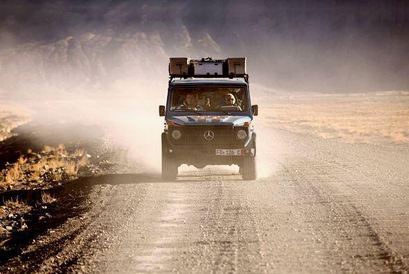 Su camioneta todo terreno es una parte fundamental en su travesía.