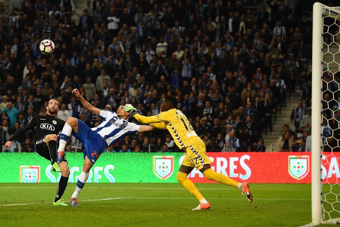 'Tecatito' Corona se disfrazó de Van Basten en el empate del Porto Genér...