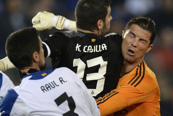 El portero catalán no dudó en ir con fuerza a cada pelota que disputara,...