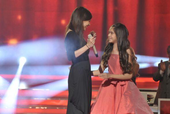 Tras compartir el escenario no dudaron en darse un gran abrazo.
