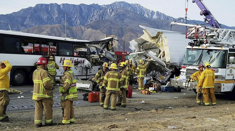 Múltiples muertos y heridos en este accidente de autobús en California.