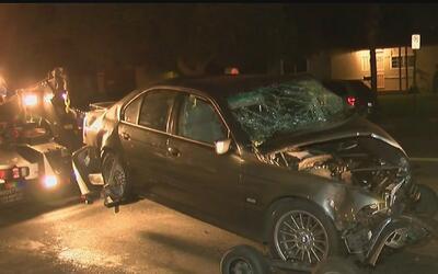Conductora se estrelló contra varios autos estacionados en Reseda, Calif...