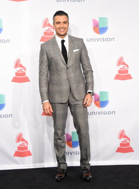 Jaime Camil lució un traje en color gris, corbata, pañuelo blanco y zapa...