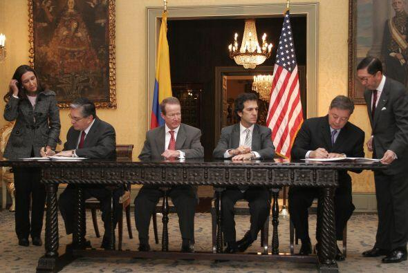 Los encargados de cerrar el pacto fueron: el entonces ministro colombian...