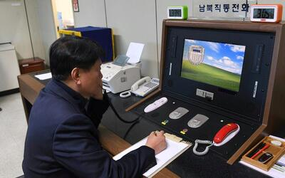 Un funcionario del gobierno de Corea del Sur comprueba la línea d...