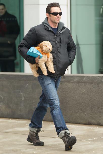 Hugh cargaba de manera muy cariñosa a su cachorro.