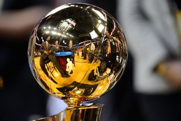 El Trofeo Larry O'Brien estaba presente en el American Airlines Arena ya...