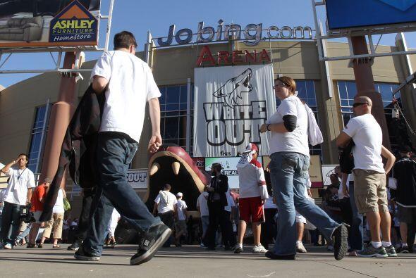 y pintaron la arena Jobing.com de blanco.