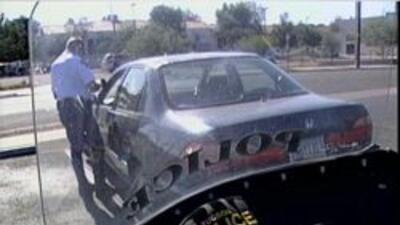Policia de Tucson hablando con automovilista