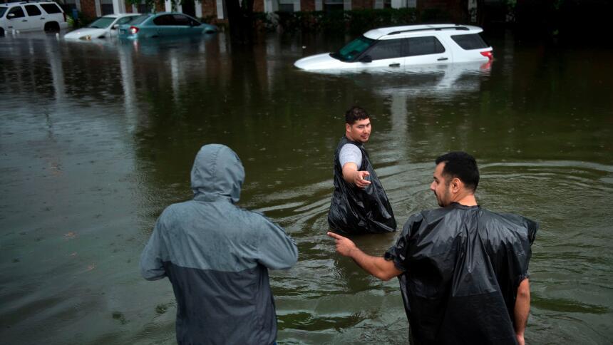 Qué hacer cuando se inunda tu automóvil  GettyImages-839843164.jpg