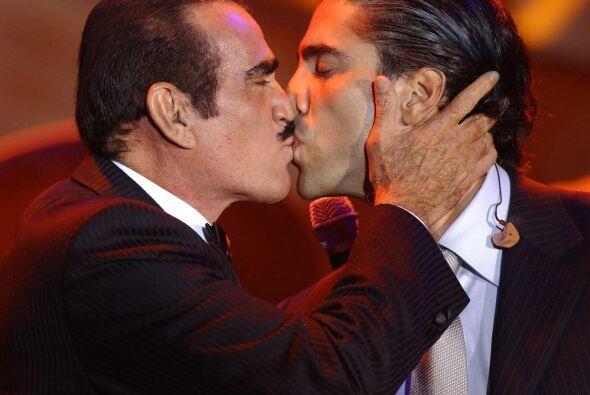 Vicente Fernández tampoco se intimida y besa en la boca a su ador...