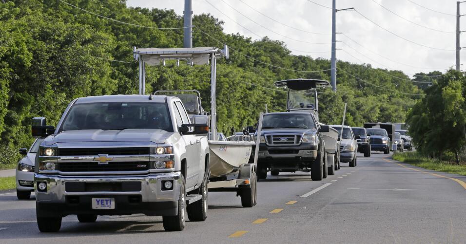 Conductores llenan la ruta US 1 en Cayo largo, donde el estado de Florid...