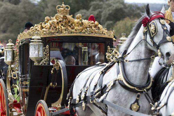Durante la gira oficial, la reina Isabel II de 86 años de edad, su espos...