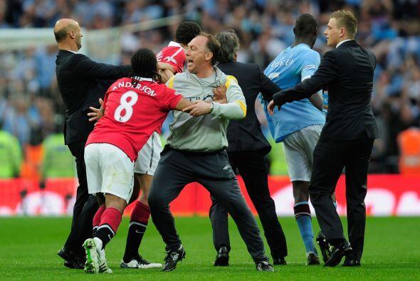 Anderson y Ferdinand son detenidos en su intento de mostrarle sus simpat...