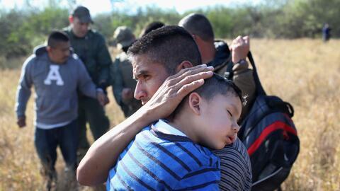 Miembros de la Patrulla Fronteriza detienen a familias migrantes en Rio...