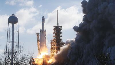 El cohete Falcon Heavy de la compañía SpaceX despega de la plataforma de...