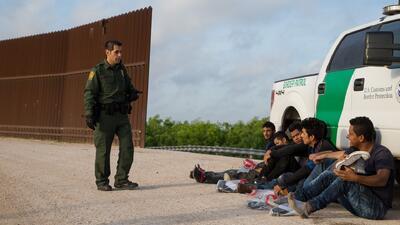 ¿Puede el presidente Trump deportar a inmigrantes sin derecho a comparecer ante un juez?