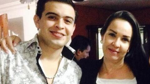 Madre de cantante desaparecido clama desesperada por saber algo de su hijo.