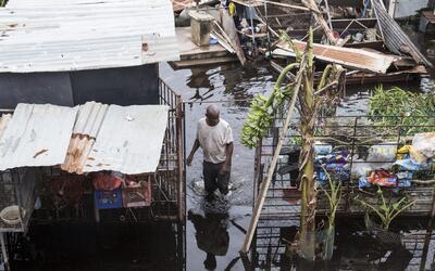 Un hombre camina en medio de la inundación, en Loiza, Puerto Rico...